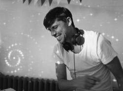 Hochzeits-DJ beim Musikauflegen