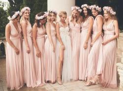 Brautjungfern mit einheitlichen Kleidern