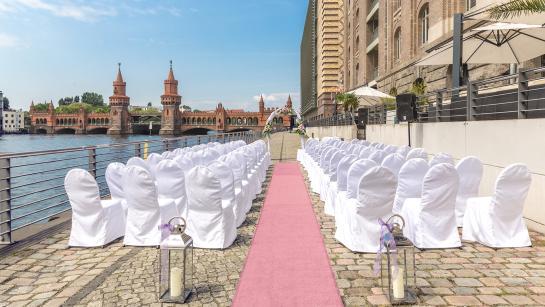 Freie Trauung in der Hochzeitslocation am Wasser
