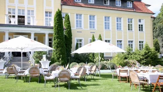 Kaffeetafel auf der Wiese von Schloss Wulkow