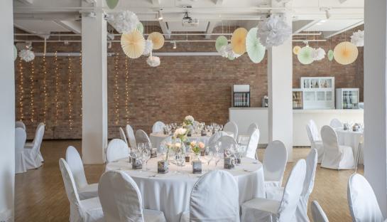 Festliche dekoriertes Loft, Hochzeitslocation Berlin