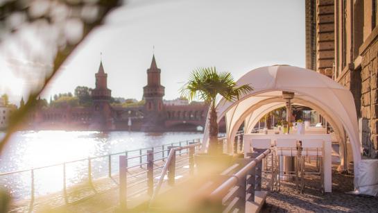 Auf der Terrasse der Hochzeitslocation Berlin