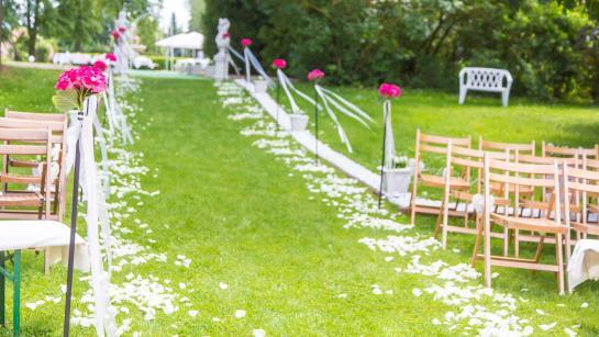 Standesamtliche Trauung auf der grünen Wiese im Parkhotel Schloss Wulkow