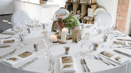 Festlich gedeckter Banketttisch in der Hochzeitslocation