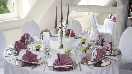 Festlicher Banketttisch in der Hochzeitslocation