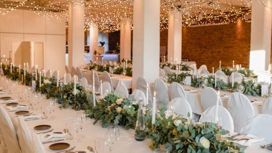 Festtafeln in der Hochzeitslocation in Berlin