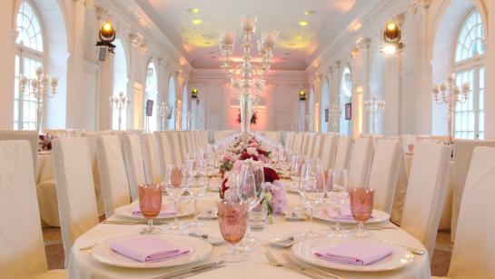 Festtafeln in der romantischen Hochzeitslocation Große Orangerie Schloss Charlottenburg