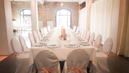Festtafel in der Hochzeitslocation