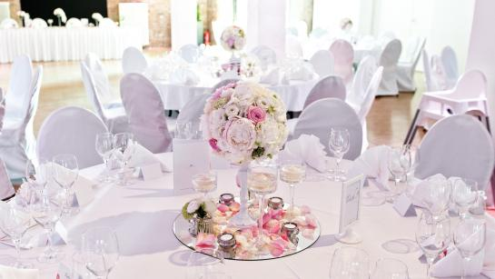 Dekoration der Banketttische für eine Hochzeit