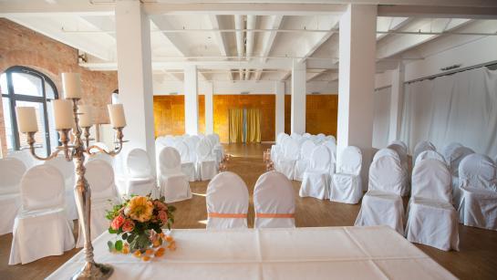 Aufbau für eine freie Trauung in der Hochzeitslocation in Berlin