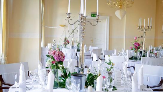 Festlich dekorierte Tische im Bankettsaal von Schloss Wulkow