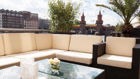 Loungemobiliar auf der Terrasse der Hochzeitsolocation Berlin