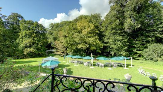 Wiese hinter dem Schloss – Bei schönem Wetter Ort fürs BBQ und das Hochzeitsdinner