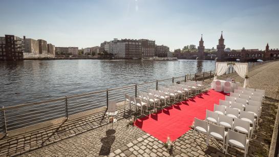 Trauung unter freiem Himmel in der Hochzeitslocation in Berlin